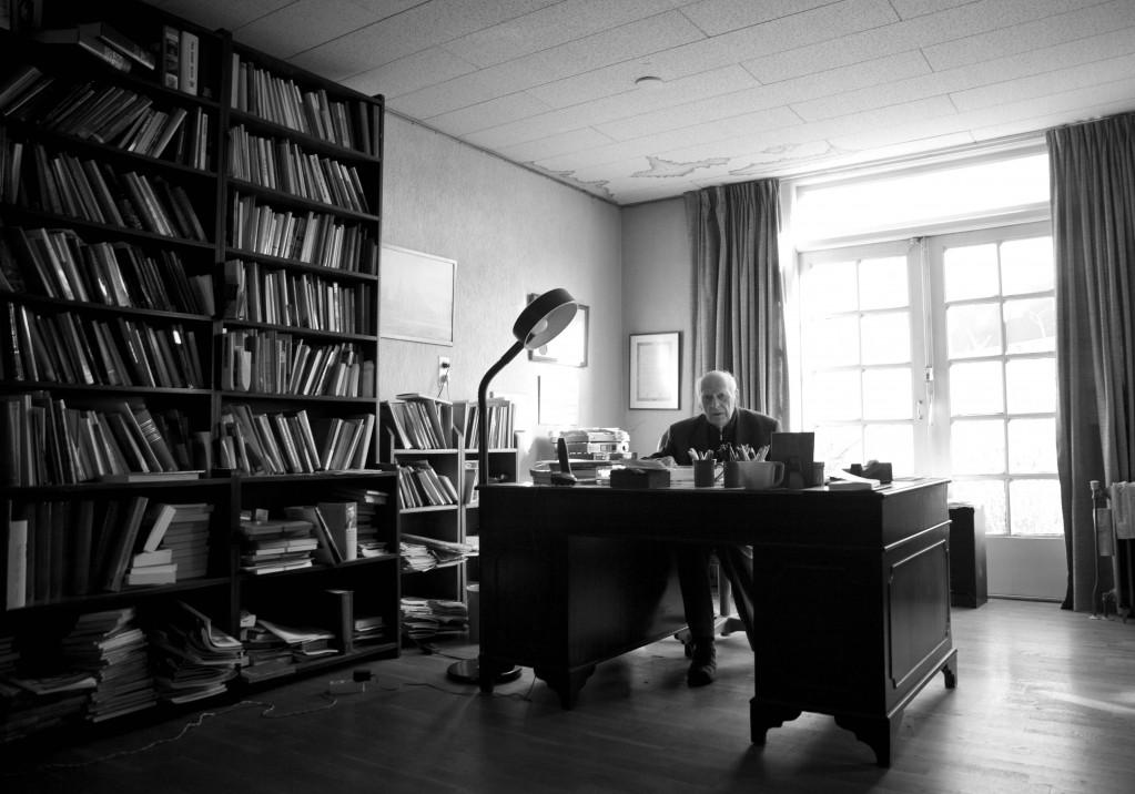 Professor Couwenberg in zijn werkkamer